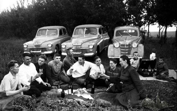 """Группа горняков на отдыхе в лесу, Донецкая область, 1950 г. Фотографию можно увидеть на выставке """"Корпоративные города Донбасса"""", которая проходит параллельно с Донкультом во Львове"""
