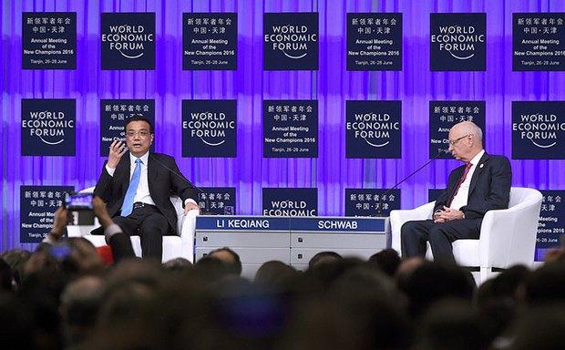 Китайський прем'єр Лі Кецян (ліворуч) та засновник і президент ВЕФ Клаус Шваб під час Всесвітнього економічного форуму в Тяньцзіні , 27 червня 2016 року