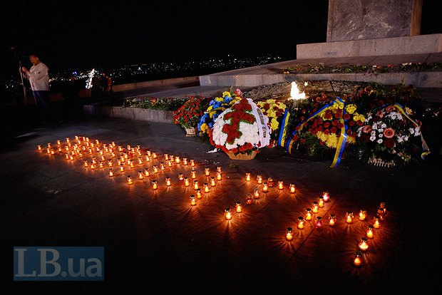 """Выложенная свечами надпись """"Пам`ятати"""""""