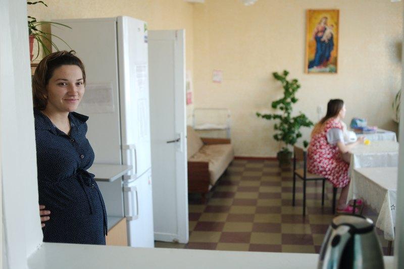 Вагітна Юля (ліворуч) у їдальні