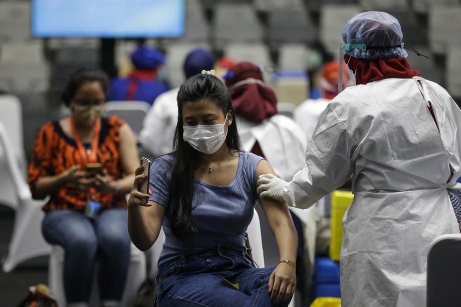 Вакцинація проти COVID-19 вакциною Sinovac на стадіоні Istora Senayan у Джакарті, Індонезія, 04 лютого 2021 р.