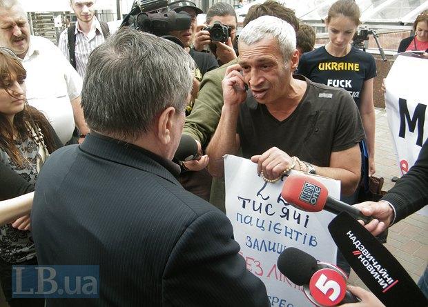 Заместитель министра финансов Матвийчук Владимир(слева) вышел к протестующим