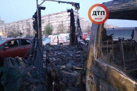В Киеве ночью сгорели несколько автомобилей