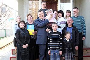 Янукович подарил фермеру трактор