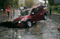 На Подольском спуске автомобиль провалился в яму