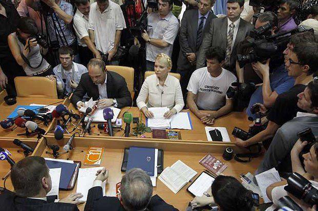 Во время всего судебного процесса Юлия Тимошенко сидела, демонстрируя свое несогласие с обвинениями и презрение к суду