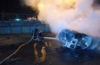 В Киеве автомобиль столкнулся с бетонным столбом и загорелся: один погибший, четверо пострадавших