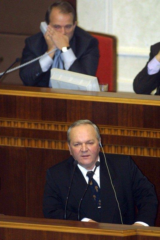 У 1997 Медведчук обраний нардепом другого скликання за Іршавським виборчим округом № 171. З 1998 депутат третього скликання та заступник Голови ВР у 1998—2000 рр. На фото: Медведчук (позаду) та голова СБУ Леонід Деркач на засіданні парламенту, 12 грудня 2000 р.