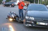 В Киеве автомобиль сбил мотоциклиста