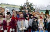 Янукович съездил в детдом и пообещал детям планшеты