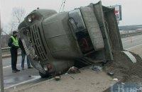 В Киеве на Надднепрянском шоссе грузовик протаранил два авто и перевернулся