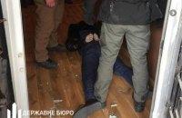 ДБР затримало на хабарі поліцейського, який вимагав 34 тис. доларів за розслідування справи