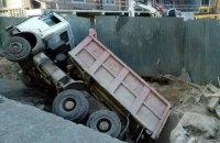 """В """"Охматдете"""" грузовик провалился в котлован"""