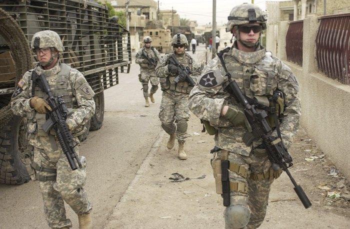 Солдати 2 -ї піхотної дивізії під час патрулювання міста Дора, Ірак, 2007 р
