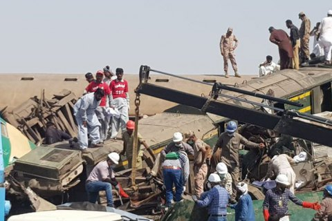 У Пакистані зіштовхнулися два потяги, загинули близько 40 людей (оновлено)