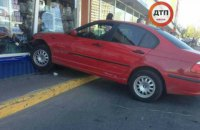 В Киеве девушка на BMW протаранила 4 авто на паркинге у ТЦ и влетела в витрину