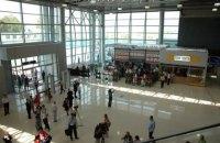 """З харківського аеропорту евакуювали близько 600 осіб через """"мінування"""" (оновлено)"""
