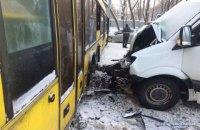 На трассе под Киевом столкнулись автобус и маршрутка