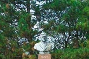 Одесские вандалы сбросили с постамента памятник дважды Герою Социалистического Труда