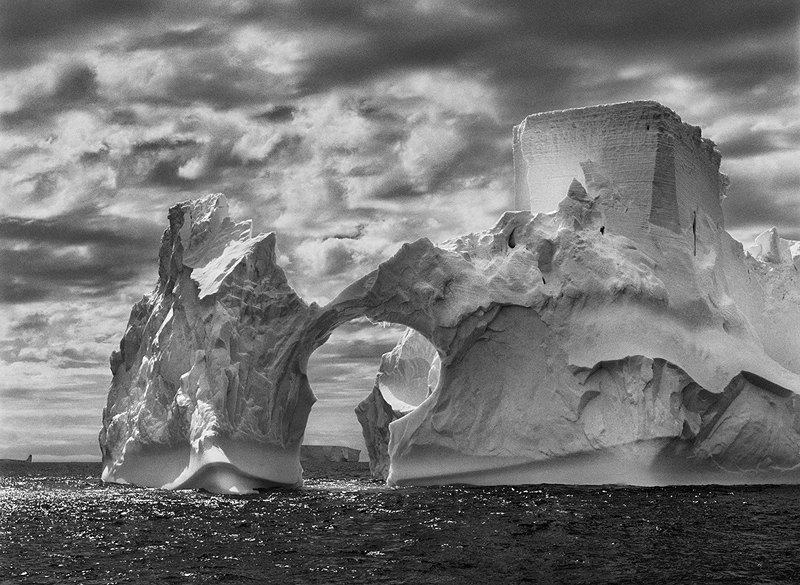 Айсберг между островом Паулет и Южными Шетландскими островами в море Уэдделла. Антарктический полуостров. 2005