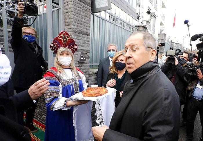 Сергей Лавров (справа) на церемонии открытия нового здания посольства РФ в Загребе во время своего визита в Хорватия, 16 декабря 2020
