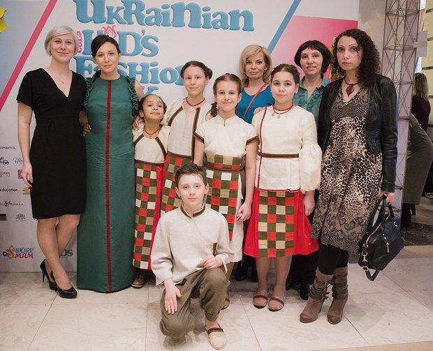 Лиоия Мавлеева с дочкой(вторая и перва справа соответственно), модельер Олеся Бондарь(вторая слева) на Kyiv Fashion Week