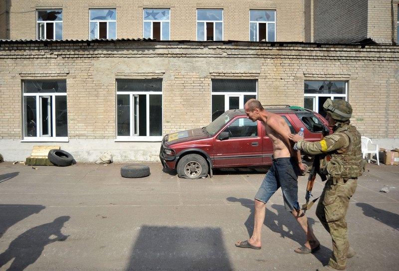 Боєць батальйону 'Донбас' затримав ймовірного сепаратиста в Іловайську, 25 серпня 2014 року.
