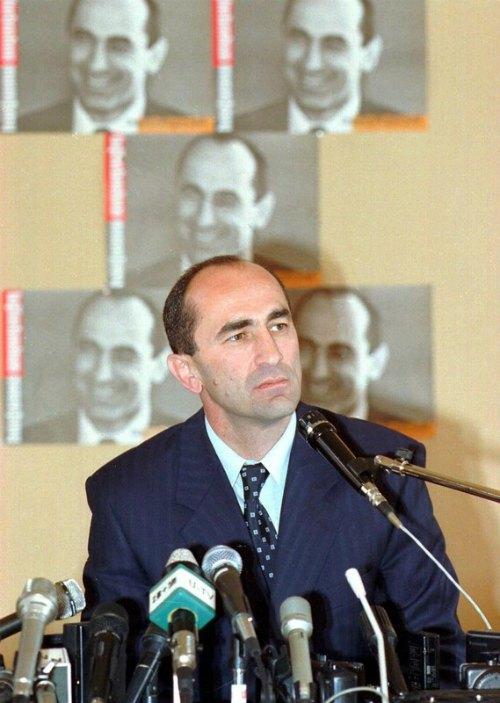 Роберт Качарян во время предвыборной кампании 1998 года