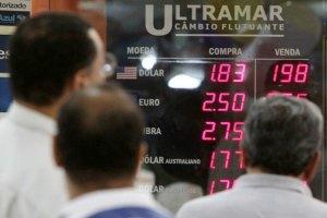 Жители Беларуси вновь скупают валюту