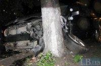 """У Києві зіткнулися дві машини, одна """"зрикошетила"""" в дерево"""