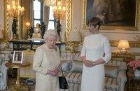 Президент Эстонии подарила королеве Великобритании баночку меда
