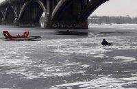 Рятувальники дістали з Дніпра чоловіка, який упав з моста