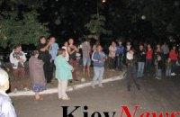 В Киеве возмущенные новой стройкой снесли забор застройщика