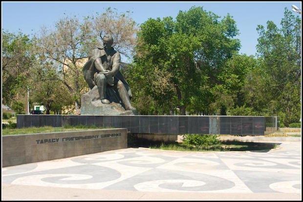 Пам'ятник Тарасу Шевченку. 1982. Місто Шевченко (Казахстан)