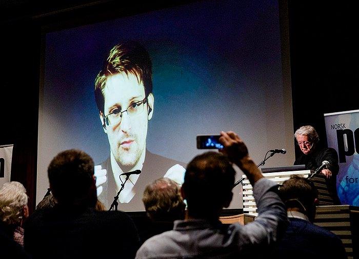 Эдвард Сноуден из Москвы дает видеоинтервью норвежскому телеканалу
