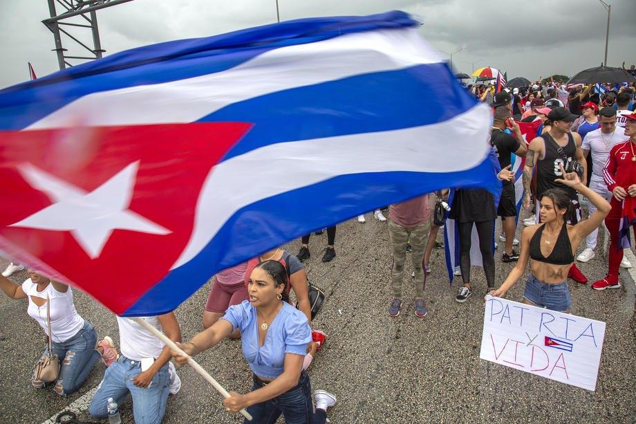 Американці, вихідці з Куби, перекрили швидкісну трасу в Маямі під час акції на підтримку протестувальників на Кубі, штат Флорида, США, 13 липня 2021 р.