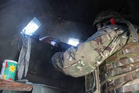 Під час обстрілу пункту пропуску у Станиці Луганській поранено прикордонника і чотирьох військових (оновлено)
