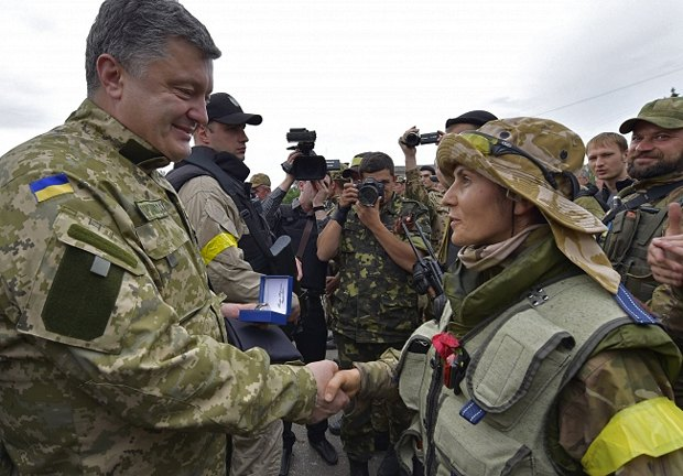Военный медик в разгрузочном жилете в Славянске во время визита Петра Порошенко