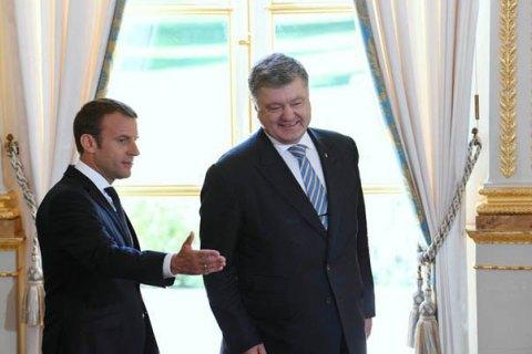 Макрон зустрівся з Порошенком перед поїздкою в РФ до Путіна