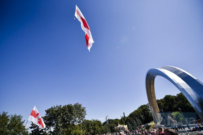 Прапор Білорусі пролетів над Києвом під час Жіночого ланцюга солідарності.