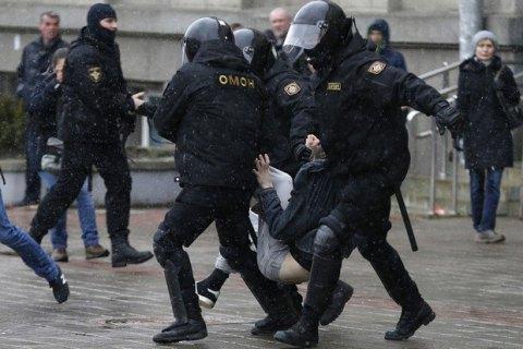Суд в Минске постановил депортировать двух задержанных на митинге украинцев
