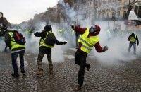 """На вулицях Парижа помітили двох представників """"жовтих жилетів"""" з прапором """"ДНР"""""""