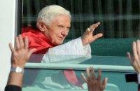 На папу Римского подали жалобу за езду без ремня безопасности