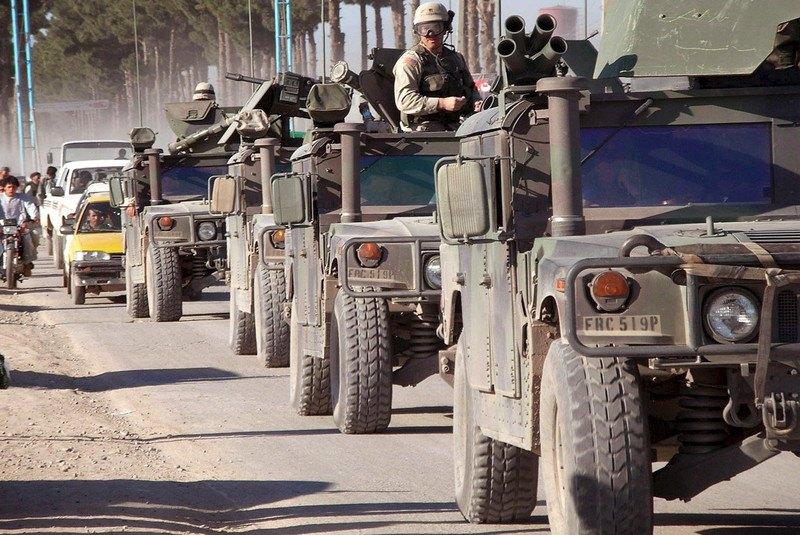 Автомобили армии США патрулируют улицы Герата, Афганистан