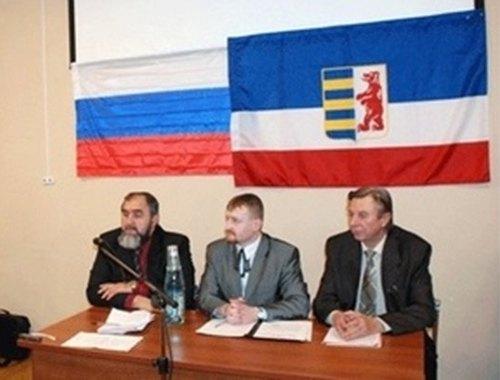 Фото з мероприятия, где Сидор сидит под российским и русинским флагами