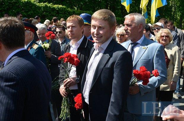 Виталий Хомутынник(третий справа))