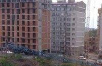 У Чернівцях на будівництві впав кран
