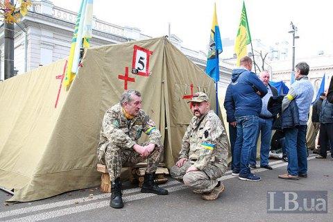 В палаточном городке у Рады остается до 300 человек