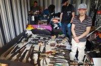 У київській квартирі виявили арсенал зброї та нарковиробництво
