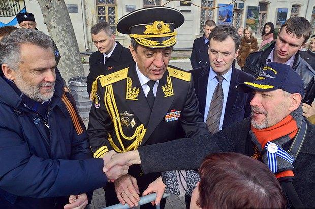 Алексея Чалого (слева) приветствуют горожане на площади Нахимова, 23 февраля 2014 г. В центре Сергей Меняйло.